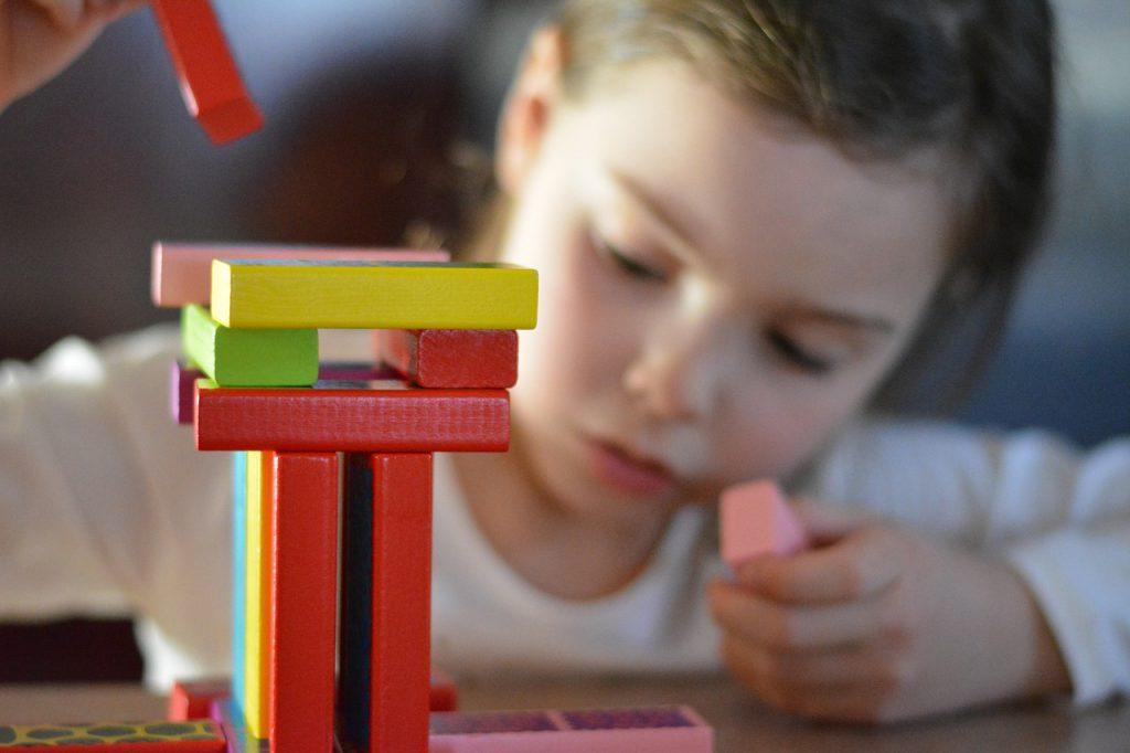 Części maszyn rolniczych i zabawki budowlane
