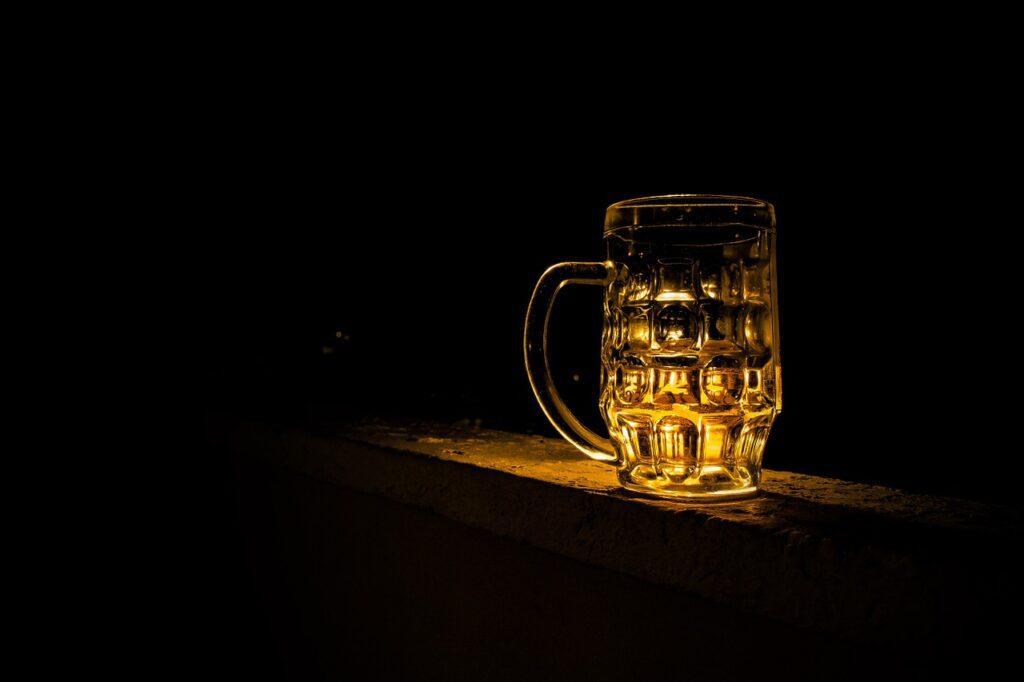 Kiedy zasiąść za kółkiem po wypiciu alkoholu? Skorzystaj z kalkulatora promili